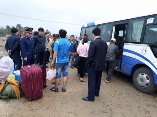 Người dân được bố trí xe khác tiếp tục hành trình. Ảnh: Dân Trí