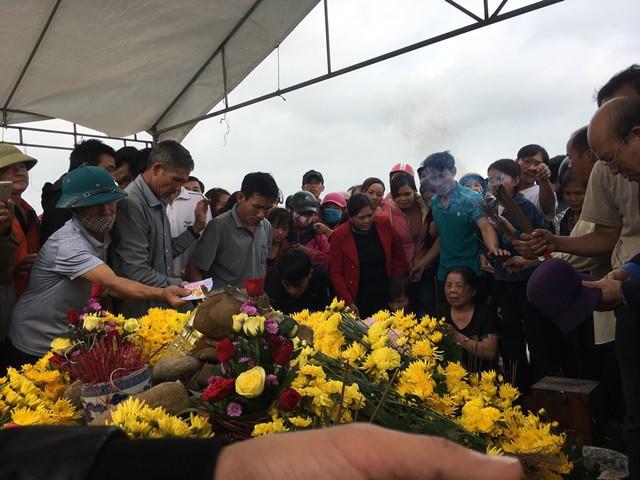 Hàng trăm người vẫn tiếp tục cúng bái bên ngôi mộ có rắn thần