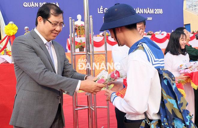 Chủ tịch UBND thành phố Huỳnh Đức Thơtặng hoa chúc mừng các tân binh tại quận Sơn Trà. Ảnh: NGỌC PHÚ