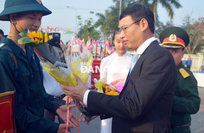 Phó Chủ tịch Hồ Kỳ Minh tặng hoa chúc mừng các tân binh. Ảnh: THU THẢO