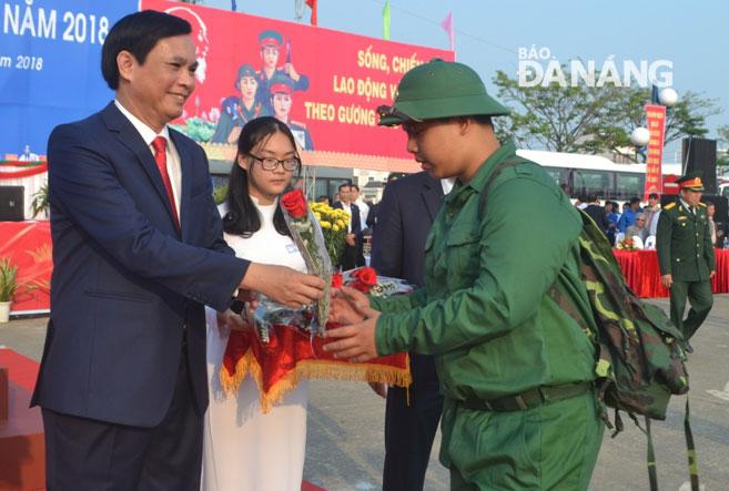 Phó Chủ tịch UBND thành phố Trần Văn Miên trao hoa chúc mừng các tân binh tại quận Hải Châu. Ảnh: PHƯƠNG TRÀ