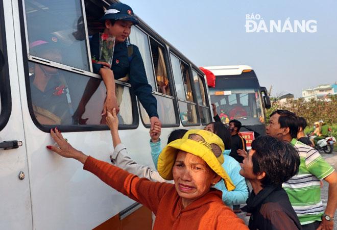 Người thân lưu luyến tiễn con lên đường nhập ngũ tại điểm giao quân quận Thanh Khê. Ảnh: NGỌC HÀ