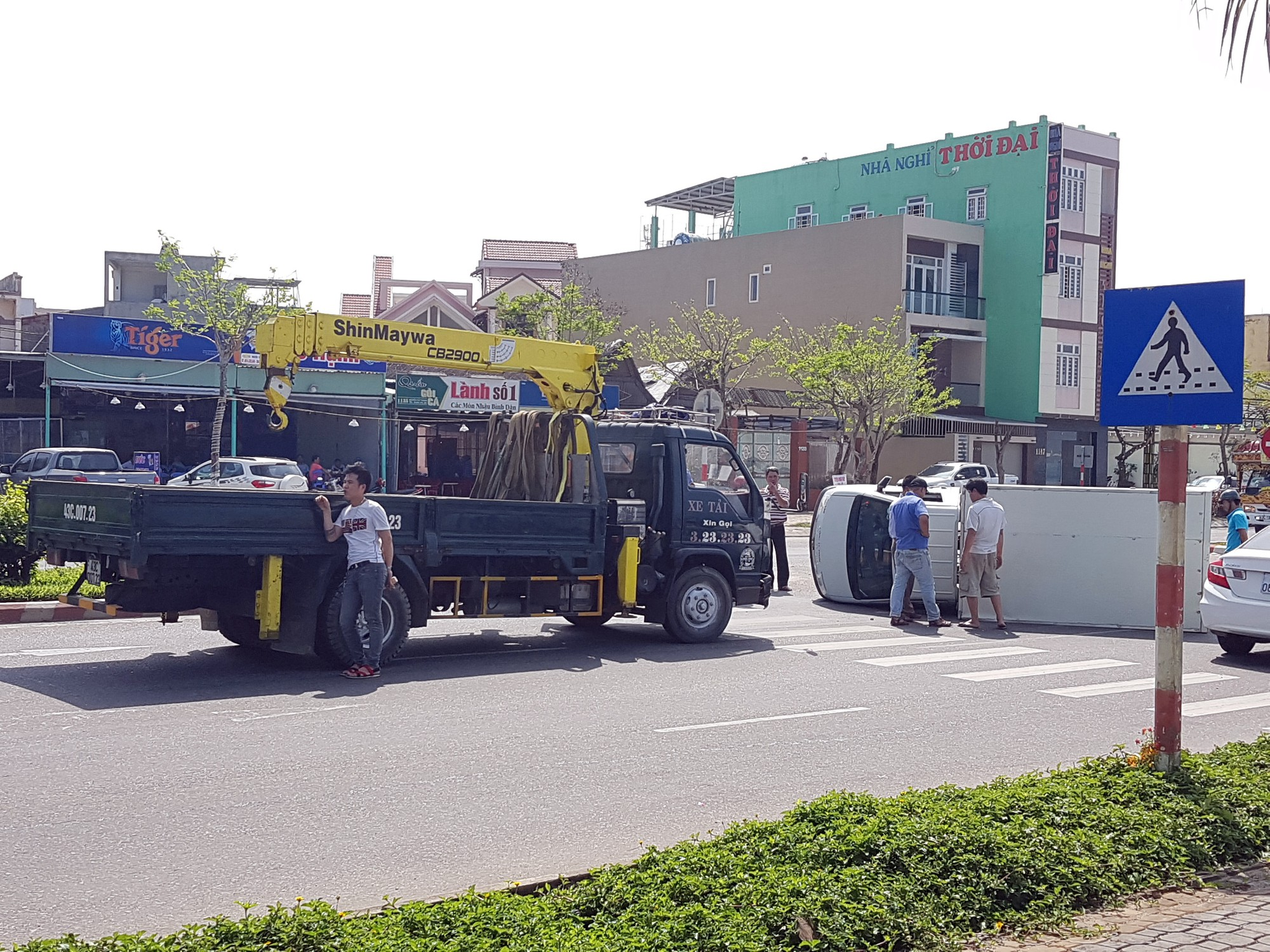 Xe cẩu đến để đưa xe tải ra khỏi hiện trường.