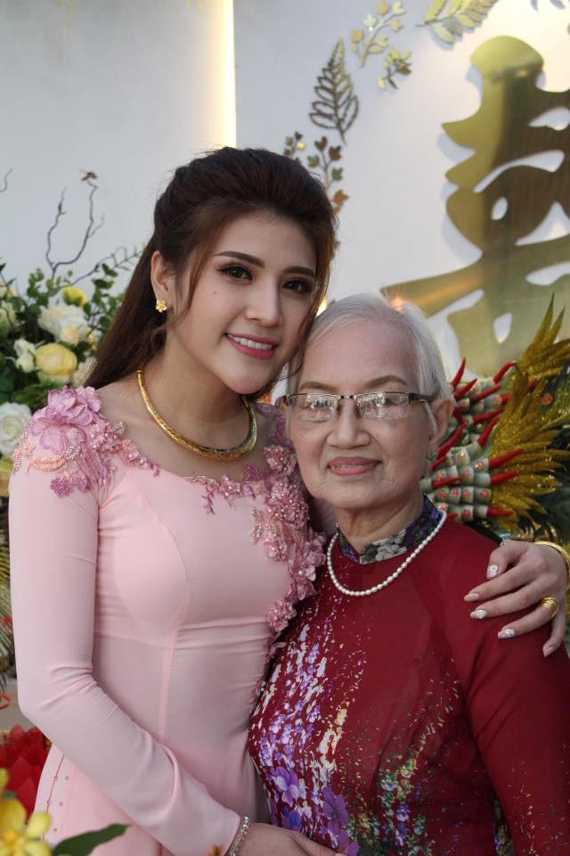 Tố Ny hạnh phúc bên bà ngoại trong ngày trăm năm.