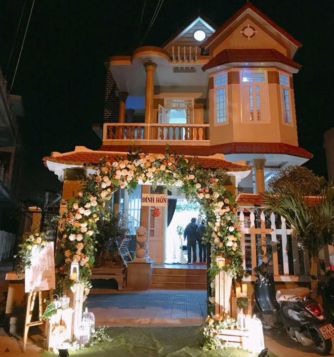 Tố Ny và chồng vừa tổ chức đám hỏi tại nhà cô dâu ở Đà Nẵng. Tố My cho biết không mời nhiều bạn bè trong giới về quê dự vì đám cưới chính thức sẽ được tổ chức tại Sài Gòn vào ngày 18/3.