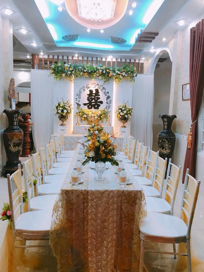 Không gian lễ thành hôn được trang trí bởi tông màu vàng kem vì đây là gam màu vợ chồng Tố Ny đều yêu thích. Nữ ca sĩ từng tâm sự gia đình với cô quan trọng hơn sự nghiệp và tin tưởng vào lựa chọn của mình.