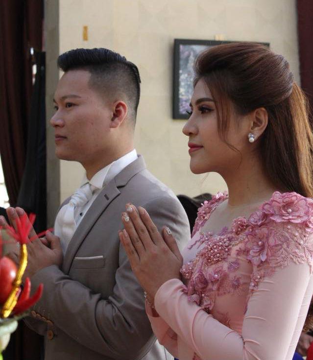Ông xã của Tố Ny là cơ phó của Hãng hàng không Việt Nam, hơn cô 7 tuổi. Cả hai lần đầu gặp nhau trong một sự kiện nhưng trước đó từng trò chuyện qua mạng xã hội. Chú rể vốn là bạn của Tố My, chị gái Tố Ny.
