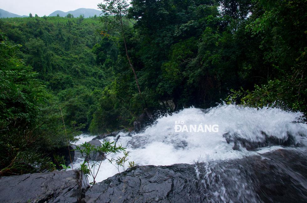 Đứng trên đỉnh thác, phóng tầm mắt ra xa, bạn có thể thấy và cảm nhận được sự hùng vĩ của vùng núi rừng bao la.