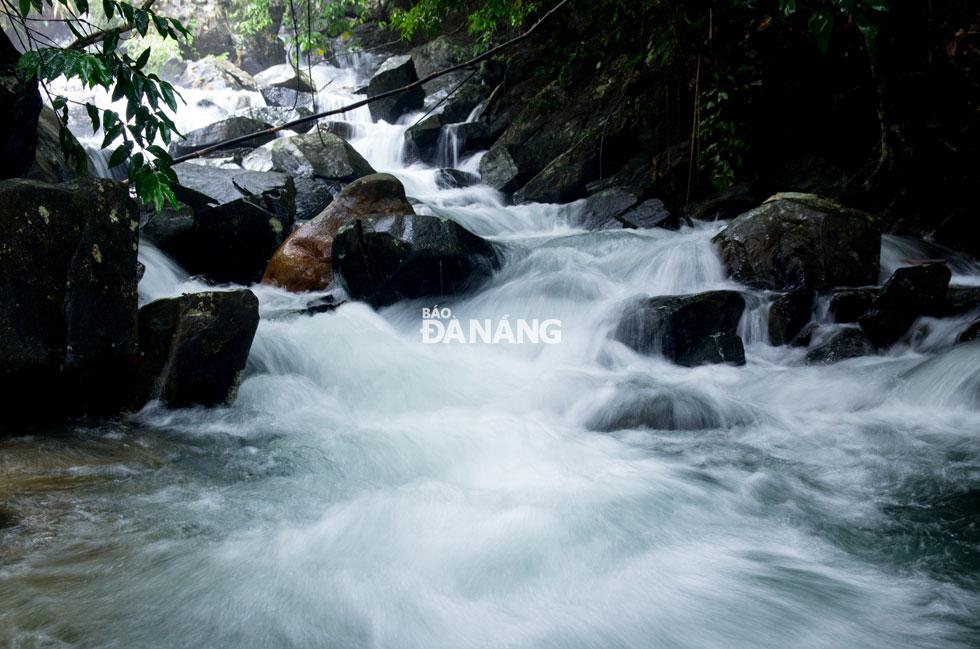 Nước chảy xuống từng bậc đá, tung bọt trắng xóa. Nước suối mát lạnh, trong xanh quanh năm.