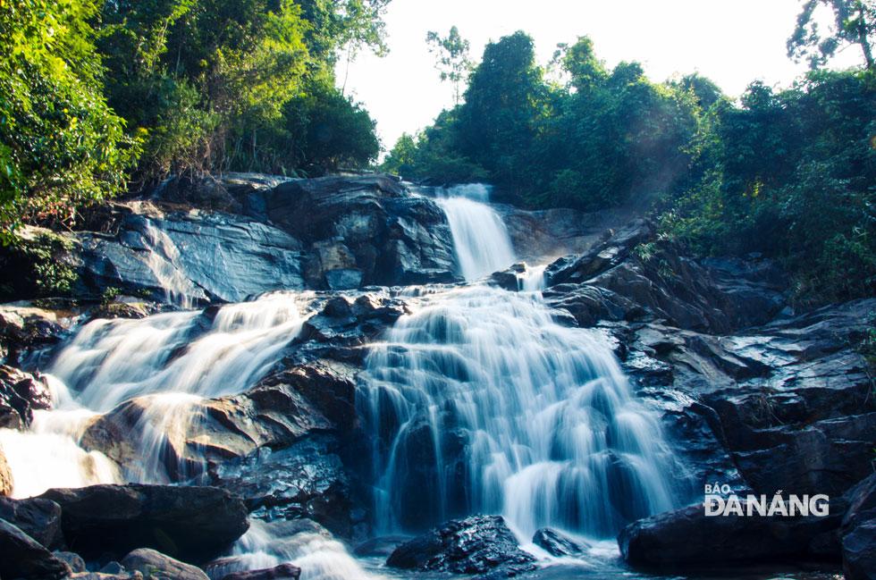Suối và thác ở đây vẫn còn mang vẻ đẹp thuần khiết, hoang sơ.