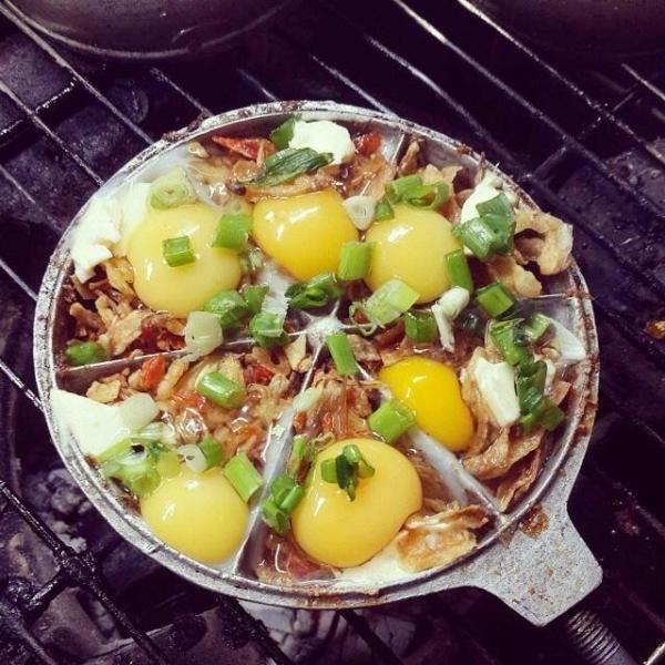 Món trứng cút nướng Sài Gòn sẽ hơi khác so với món trứng cút đút than với phô mai.