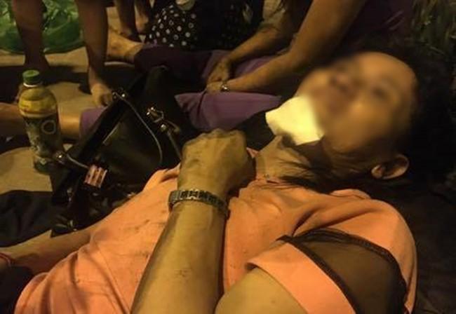 Người bị thương được cứu ra khỏi hiện trường, nằm thất thần nhìn vào ngôi nhà đang cháy lớn - Ảnh: FB N.K