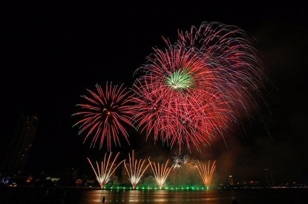 Ngắm pháo hoa rực rỡ bên sông Hàn là trải nghiệm thú vị.