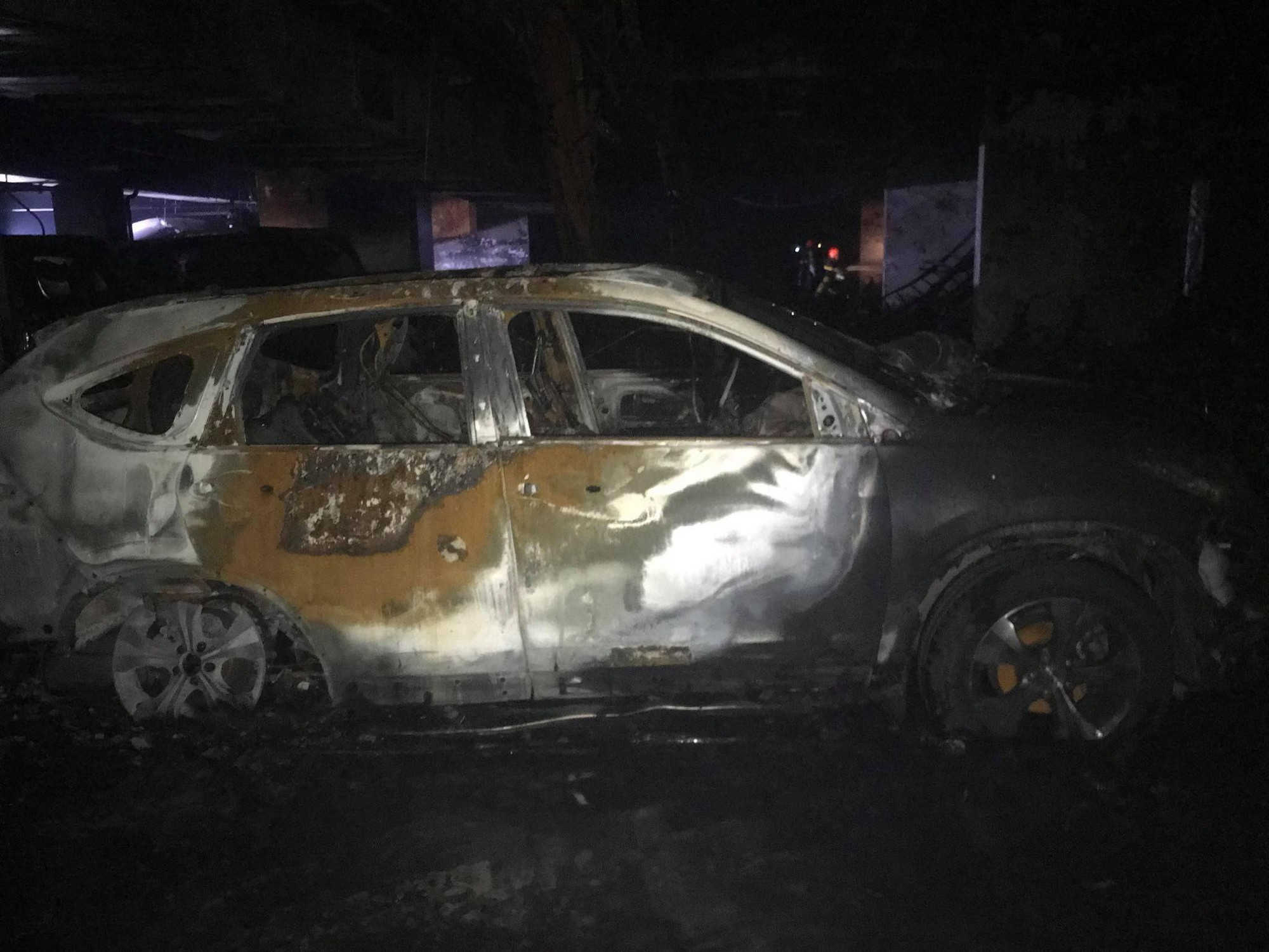 Xe ô tô móp méo, biến dạng do bị lửa thiêu - Ảnh: FB