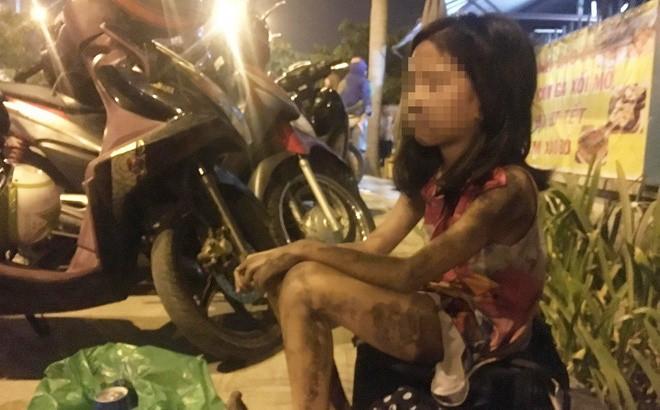 Một bé gái người dính đầy bụi bẩn sau khi thoát khỏi tòa nhà. Ảnh: Facebook.