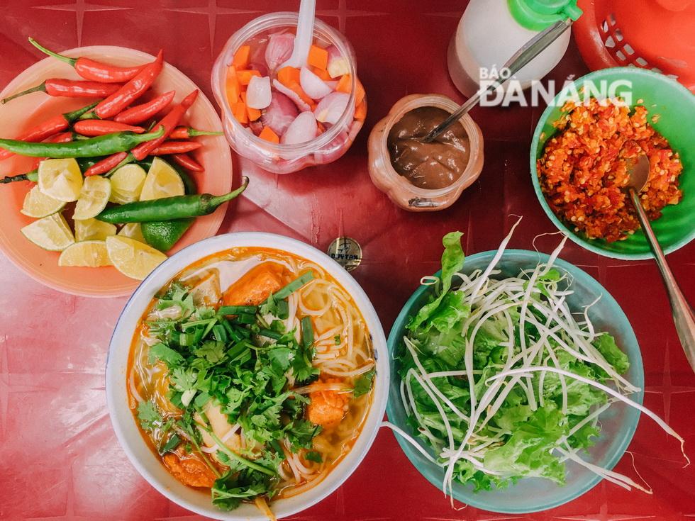 Hương sắc phong phú trong tô bún chả cá - một trong những đặc sản của Đà Nẵng. Ảnh: NGỌC MAI