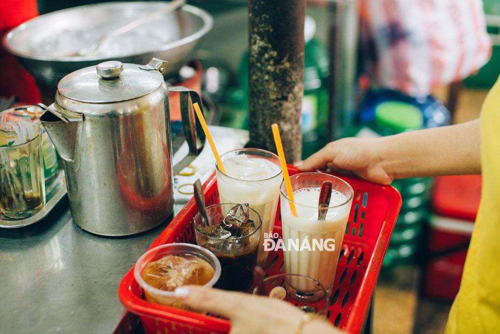 Những ly sữa đậu nành, cà phê giúp bữa sáng của người Đà Nẵng thêm trọn vẹn và đầy năng lượng cho ngày mới. Ảnh: BWAVES