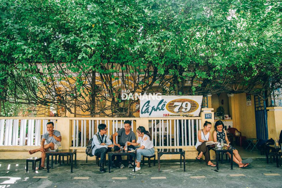 Người Đà Nẵng thường bắt đầu ngày mới bằng một ly cà phê. Đó có thể là ly cà phê pha đơn giản ở một quán cóc vỉa hè với không gian thoáng đãng. Ảnh: BWAVES
