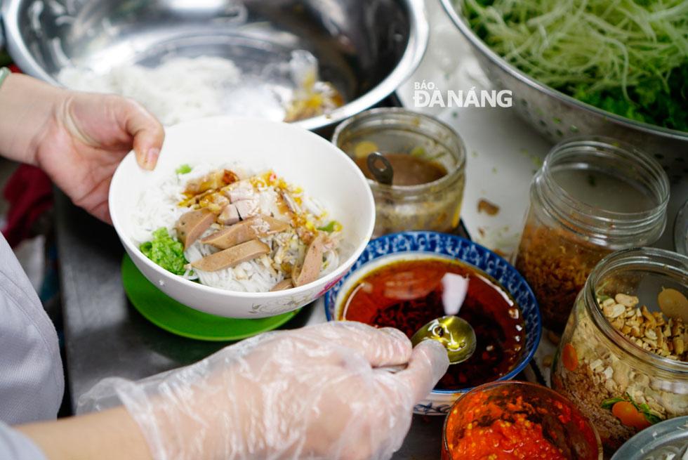 Bên cạnh bún chả cá, một loại bún khác cũng được người dân Đà Nẵng ưa thích vào mỗi buổi sáng là bún mắm nêm. Bún có thành phần là thịt heo quay hoặc thịt heo luộc, nem, chả, tai mui heo ăn cùng với rau sống, đu đủ bào sợi, ớt chưng và không thể thiếu mắm nêm loại ngon. Ảnh: LÊ QUYÊN