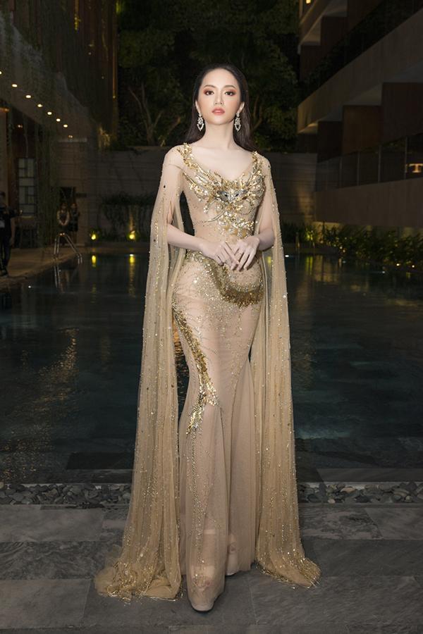 Dự sự kiện này, Hương Giang gây chú ý với bộ đầm bó của nhà thiết kế Đỗ Long. Tân Hoa hậu trông xinh đẹp và gợi cảm.