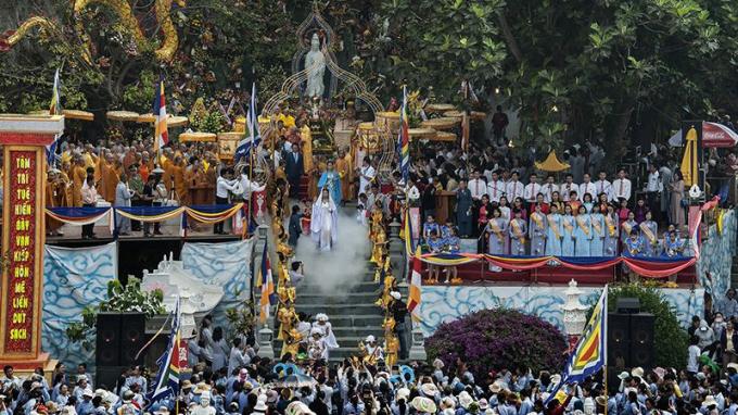 Công bố 2 kỷ lục Việt Nam về Cờ phật giáo (Đại kỳ) lớn nhất và Bảo tàng Văn hoáPhật giáo đầu tiên Việt Nam tại lễ hội. Ảnh: nguhanhson.org.