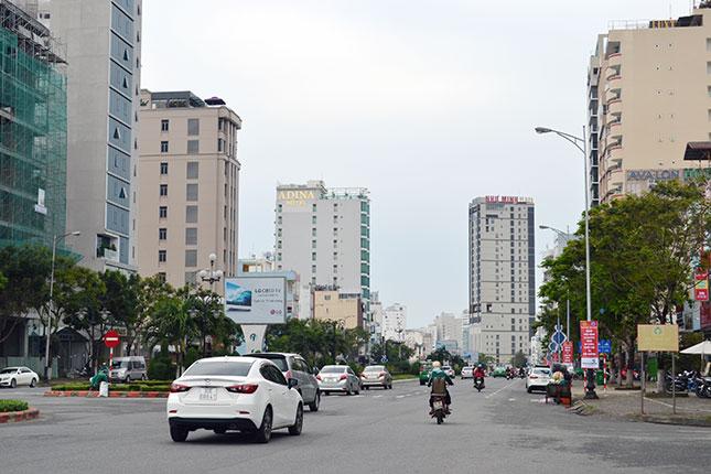 Hơn 2 năm qua, quận Sơn Trà có tốc độ đô thị hóa nhanh nhất thành phố. TRONG ẢNH: Nhiều công trình khách sạn trên tuyến đường Phạm Văn Đồng đi vào hoạt động, góp phần thúc đẩy du lịch địa phương phát triển.
