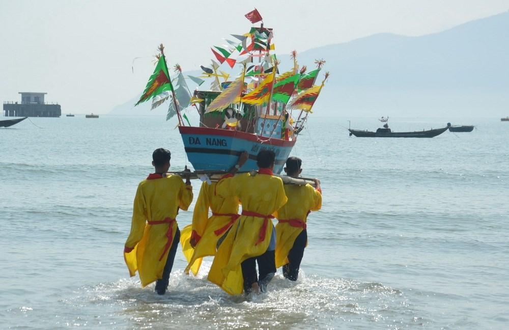 Nhân dân tại khu dân cư văn hóa biển Kim Liên làm lễ rước, thả thuyền. (Ảnh: Đinh Văn Nhiều/TTXVN)