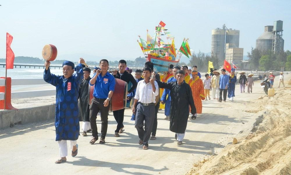 3 / 7  Nhân dân tại khu dân cư văn hóa biển Kim Liên làm lễ rước, thả thuyền. (Ảnh: Đinh Văn Nhiều/TTXVN)