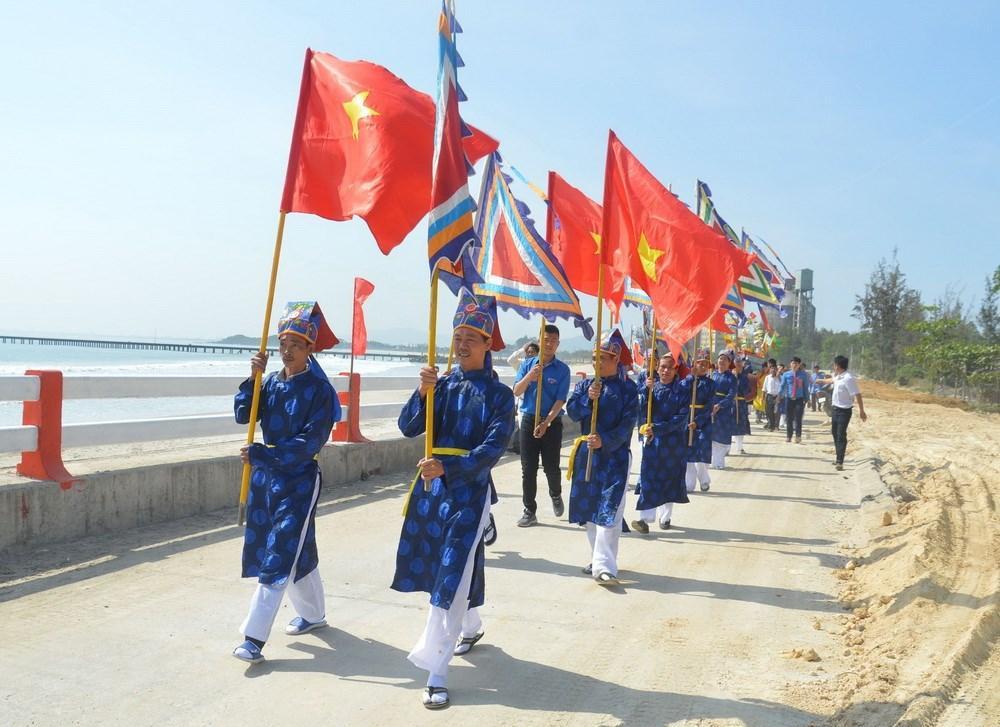 4 / 7  Nhân dân tại khu dân cư văn hóa biển Kim Liên làm lễ rước, thả thuyền. (Ảnh: Đinh Văn Nhiều/TTXVN)
