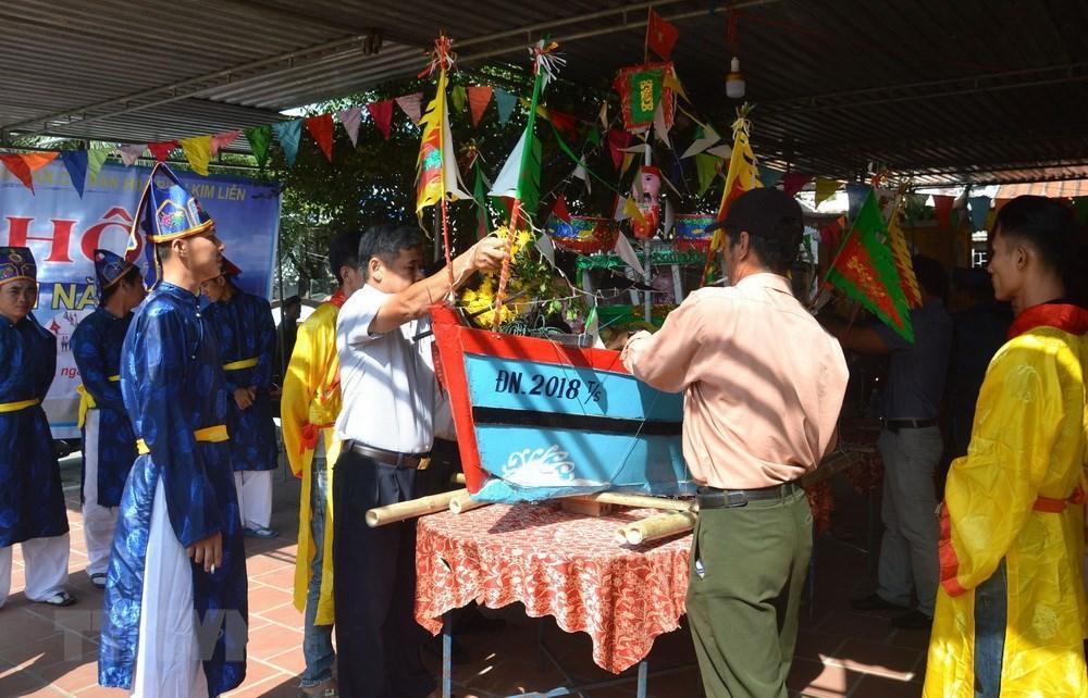 6 / 7  Nhân dân tại khu dân cư văn hóa biển Kim Liên làm lễ rước, thả thuyền. (Ảnh: Đinh Văn Nhiều/TTXVN)