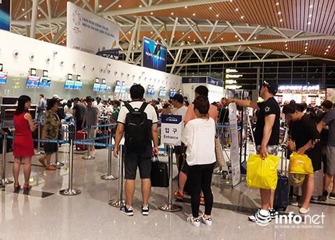 Du khách Hàn Quốc đến sân bay quốc tế Đà Nẵng (Ảnh: HC)