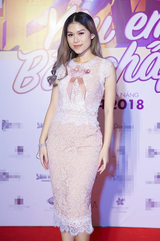 Ngọc Thanh Tâm diện váy ren thanh lịch khi xuất hiện trong buổi giao lưu của đoàn phim