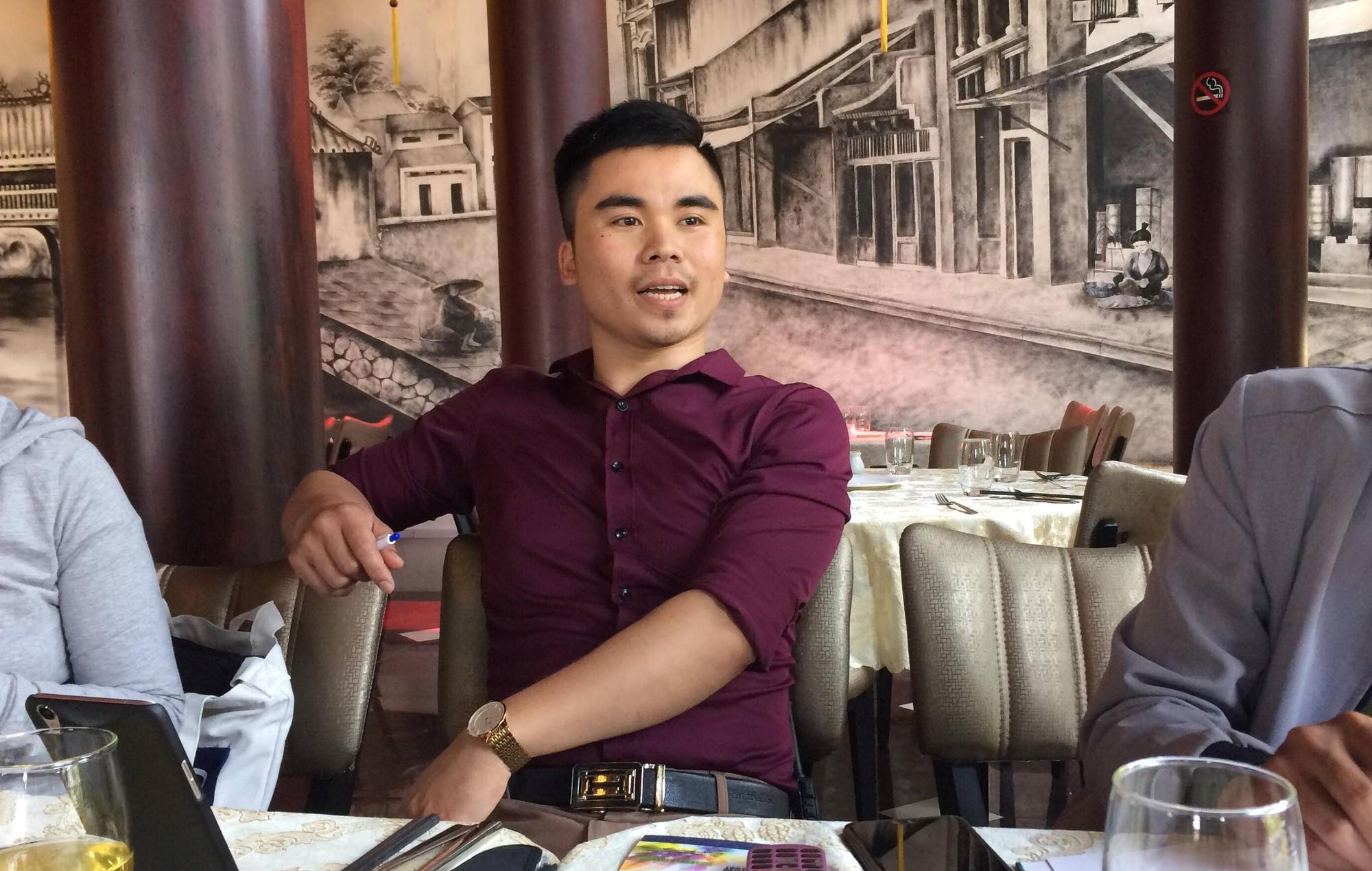 Anh Hoàng Văn Thông, quản lý nhà hàng S.H trao đổi về vụ việc.