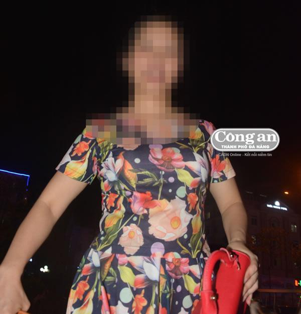 """Phượng """"cam"""" sau khi rời nhà hàng đưa các """"chân dài"""" đi karaoke."""