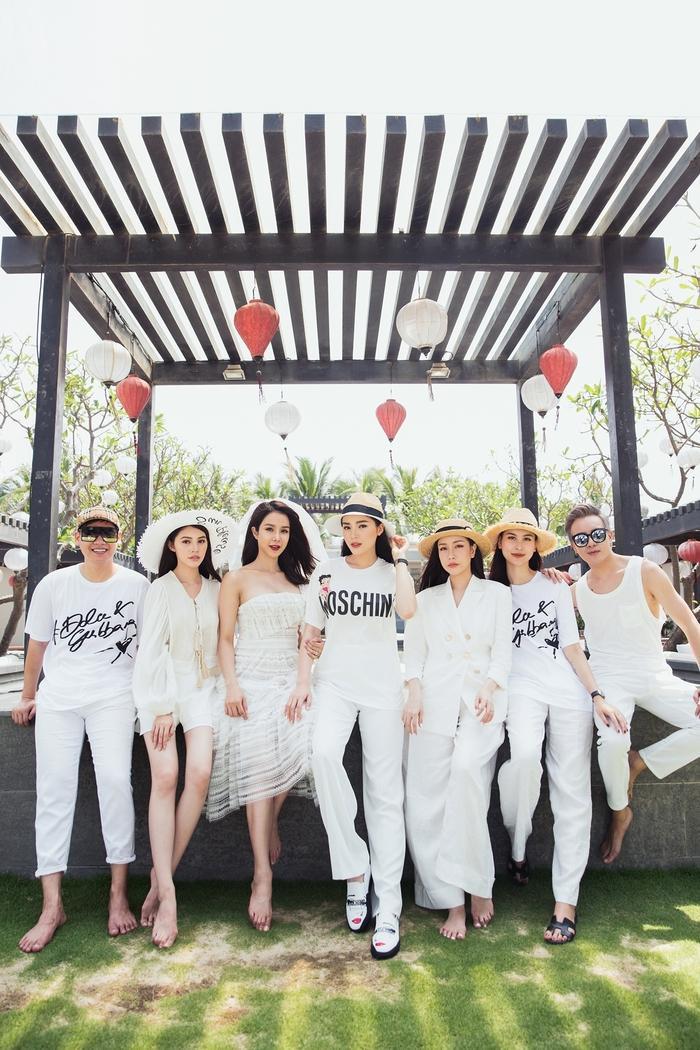 Bộ ảnh được chụp ngẫu nhiên trên biển, tất cả đều mặc đồ trắng còn Diệp Lâm Anh mặc váy trắng và đội voan cô dâu vô cùng xinh đẹp.