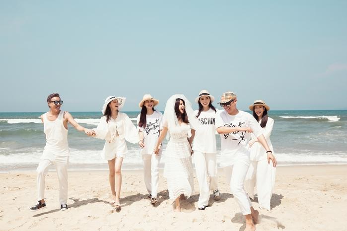 Bữa tiệc diễn ra trên bãi biển với sự góp mặt của hội bạn