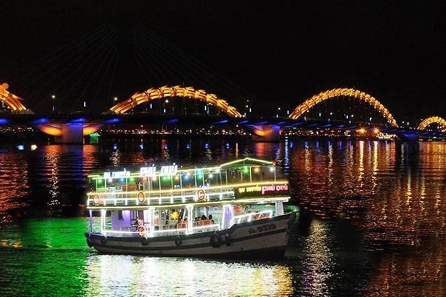 Loại hình du lịch bằng tàu trên sông Hàn dịp pháo hoa vừa qua được nhiều người yêu thích, tuy nhiên theo quy định, các phương tiện này phải niêm yết giá và đảm bảo an toàn mới được phục vụ khách. Ảnh: MH