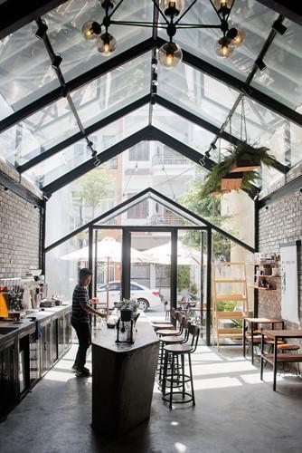 Quán cà phê được xây dựng trên diện tích 80m2 để giảm chi phí.