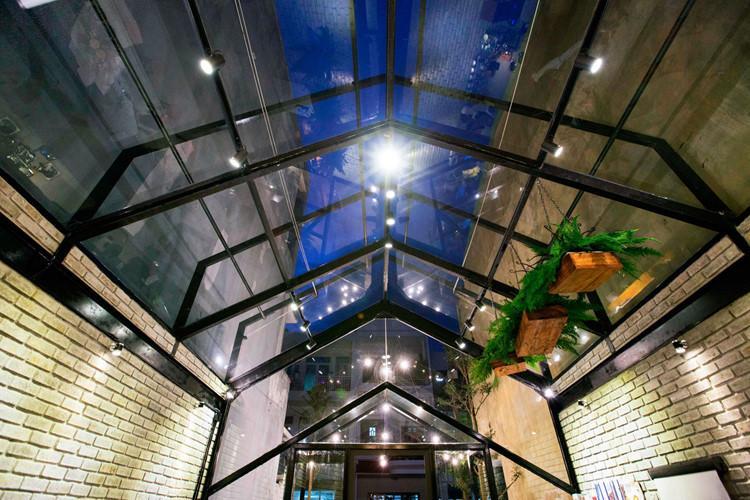 Thay vì đổ trần bê tông kiên cố, chủ quán sử dụng kết cấu khung thép và kính.