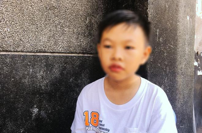 Bé Đạt rưng rưng nước mắt khi nhắc đến người ba