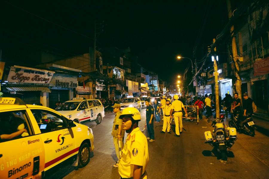 Đến hơn 0h ngày 14/5, Cơ quan cảnh sát điều tra CA TP. HCM phối hợp cùng Công quận 3 (TP. HCM) vẫn đang phong toả một làn đường để khám nghiệm hiện trường vụ án mạng khiến 3 người chết, 3 người bị thương.