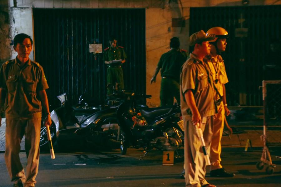 CSGT, dân phòng được điều động để hỗ trợ điều tiết giao thông, bảo vệ hiện trường vụ án mạng kinh hoàng.