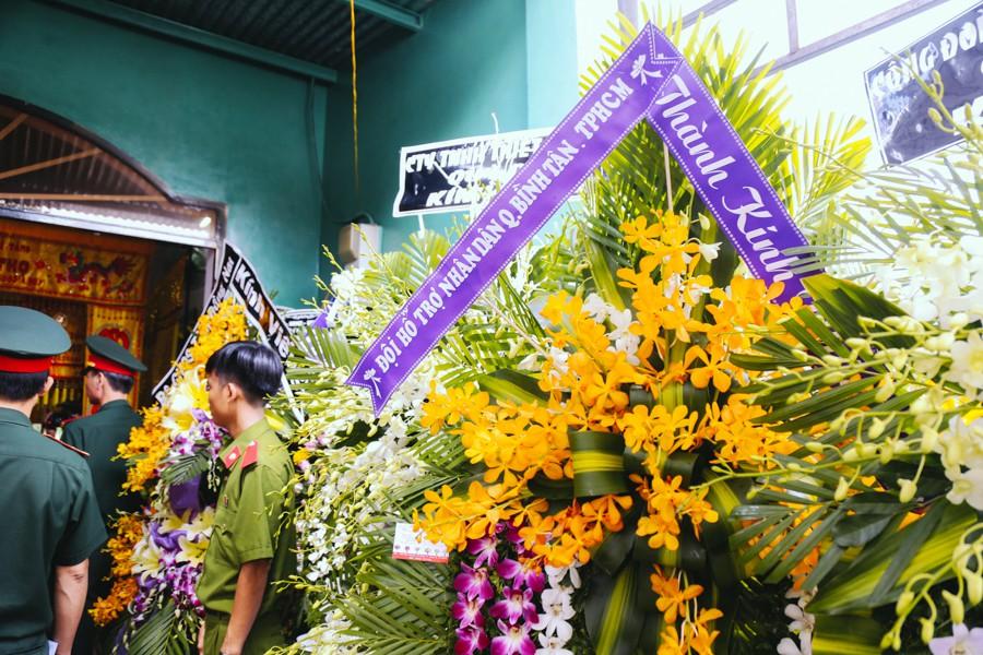 Nhiều đơn vị mang hoa đến viếng chàng hiệp sĩ không may bị cướp đâm chết.