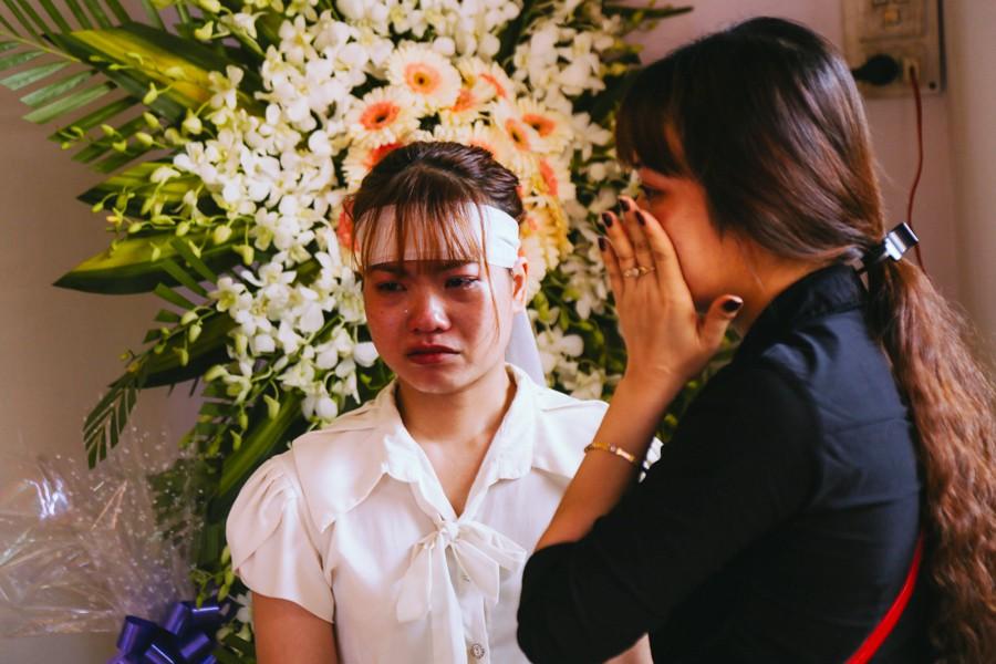 Cô em gái anh Nam khóc nức nở khiến nhiều người đến viếng xúc động.