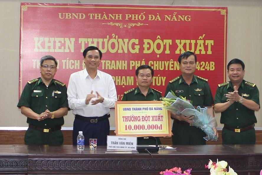 UBND TP. Đà Nẵng đã thưởng nóng cho Phòng phòng chống ma túy và tội phạm- Bộ chỉ huy Bộ đội biên phòng TP 10 triệu đồng . Ảnh: N.T