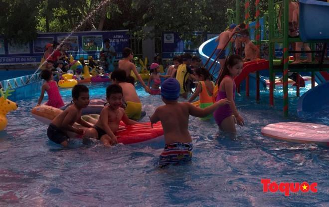 Với mô hình công viên nước mini, trẻ em có thể vui chơi và tham gia các trò chơi thú vị dưới làn nước trong xanh và mát mẻ như nhà phao dưới nước.