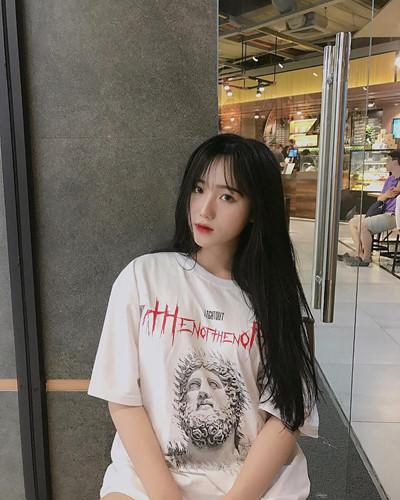 Phạm Châu Hồng Vân (sinh năm 2000), sau khi hoàn thành học phần tại cấp PTTH, cô bạn xinh đẹp này dự định sẽ ứng tuyển vào trường Đại học Luật TP HCM.