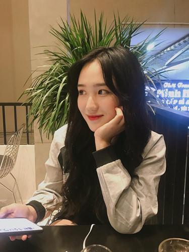 Ngoài việc học, Hồng Vân còn là cái tên rất nổi trong cộng đồng mẫu lookbook Đà thành, Facebook của cô bạn hiện có gần 160 nghìn người theo dõi.