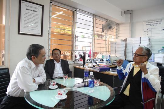 Cụ Lê Phước Thiệt trò chuyện cùng Nhà giáo ưu tú Lê Công Cơ, Hiệu trưởng Trường ĐH Duy Tân
