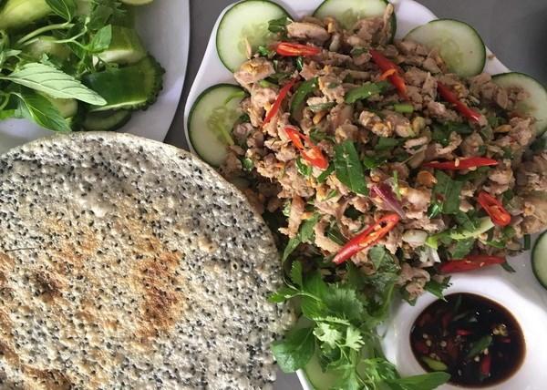Vả trộn thịt ba chỉ hoặc hến ăn với bánh đa, được xem là một trong những món ăn đặc sản quý của Huế. (Ảnh: Quốc Việt/Vietnam+)